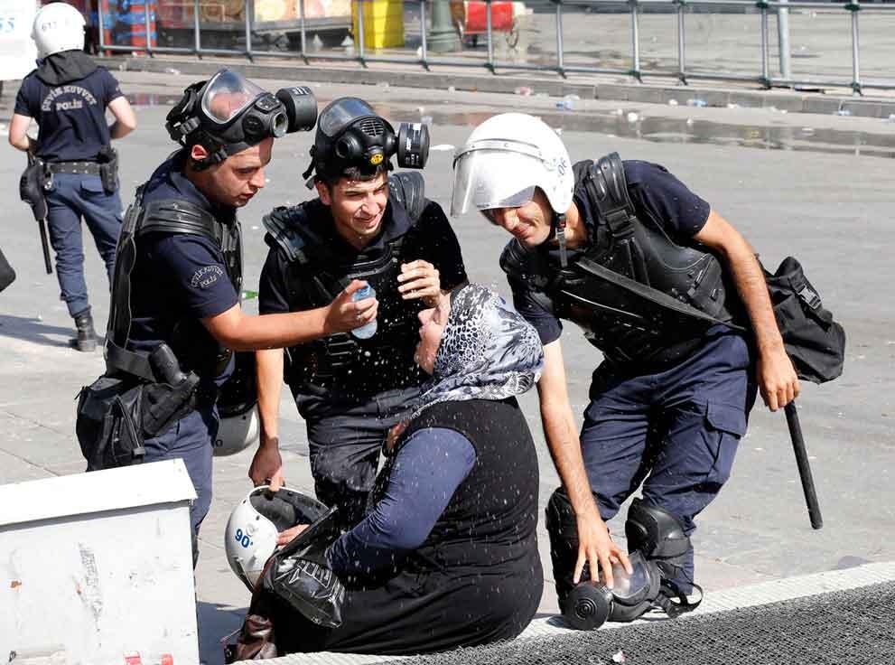 policias-ayudan-a-mujer-afectada-por-el-gas-lacrimogeno-ankara-turquia-2013