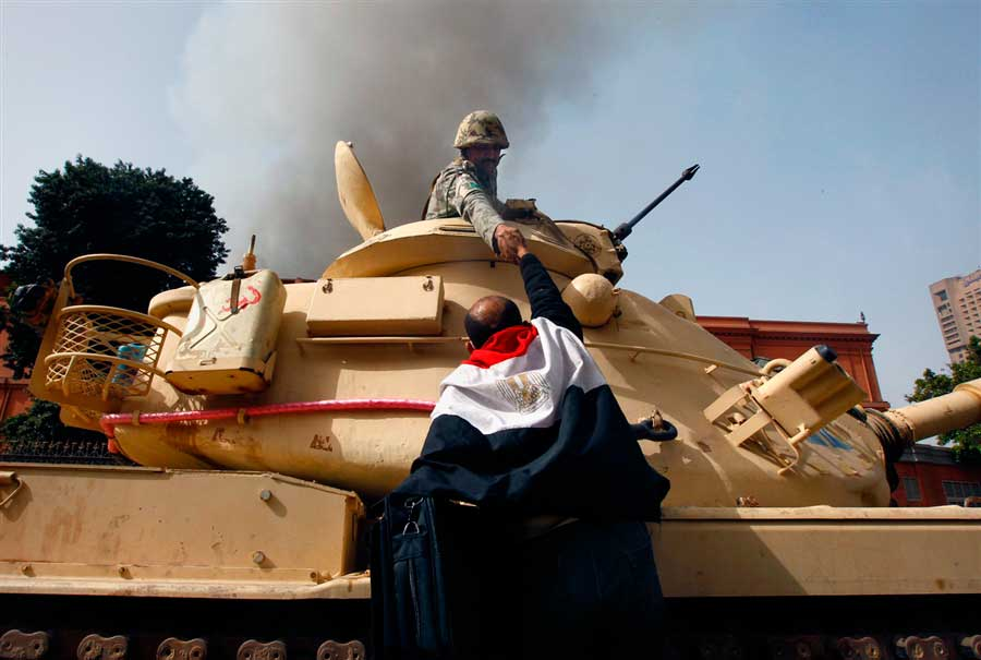 Egipcios-felicitan-a-soldados-luego-de-que-se-negaran-a-abrir-fuego-a-civiles.-El-Cairo-Egipto-2011.
