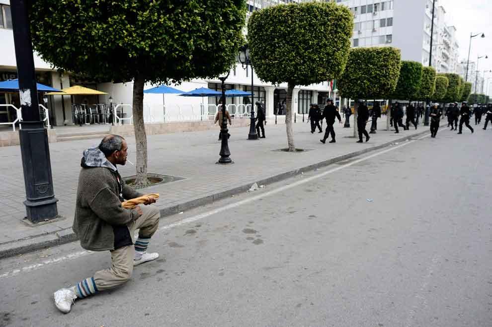 un-hombre-turco-mantiene-a-raya-a-la-policia-con-una-baguette-durante-la-revolucion