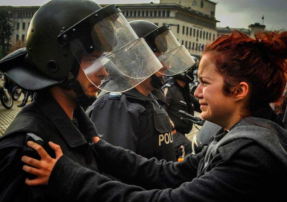 un-policia-y-un-manifestante-lloran-juntos-sofia-bulgaria-2013