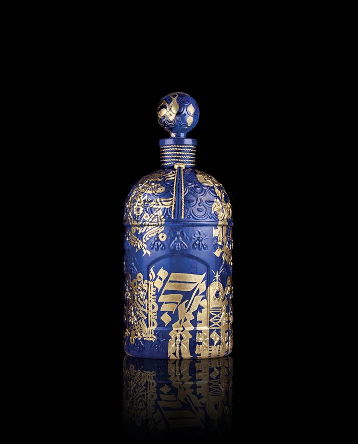 La bouteille de parfum Guerlain décoré par la calligraphie de Tarek Benaoum