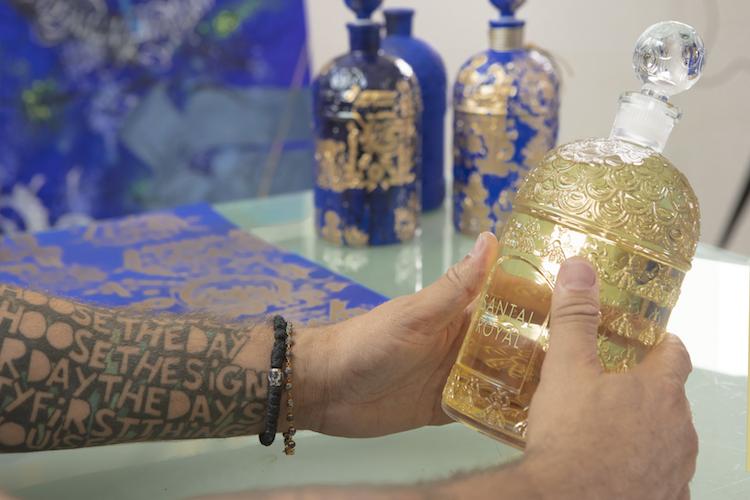 Tarek Benaoum decore le flacon de parfaim Guerlain